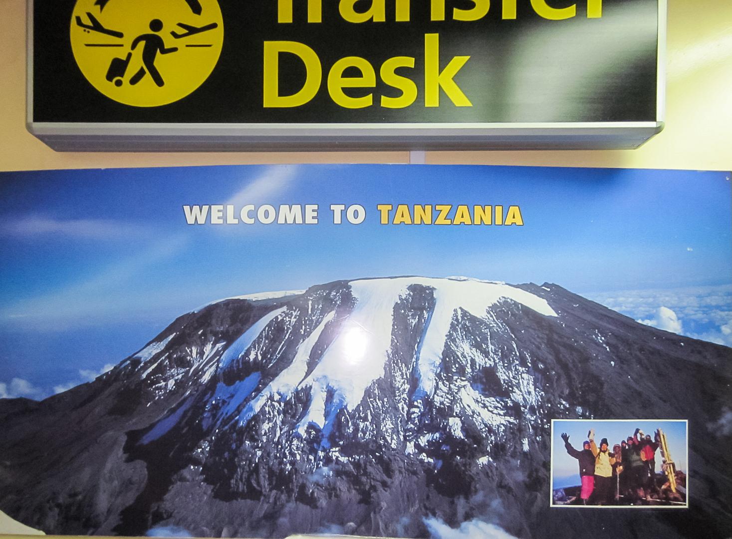 Плакат в аэропорту Дар-эс-Салам, Танзания