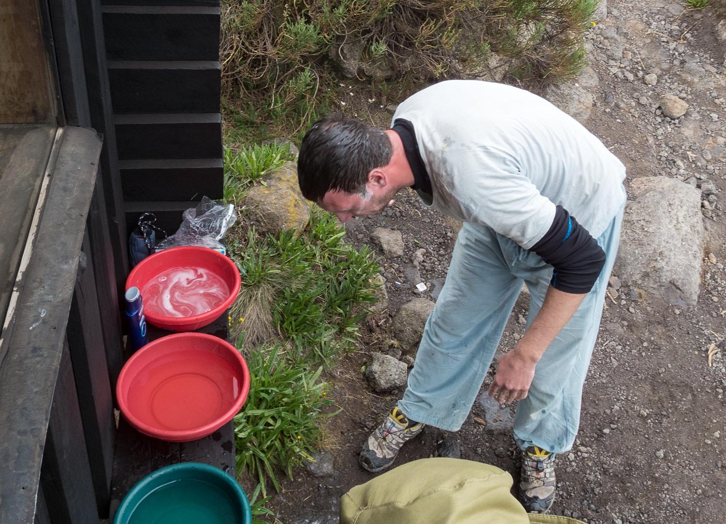 Ваня моет голову на Хоромбо хатс, Килиманжаро