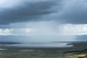 Дождь над озером Магади, Нгоронгоро
