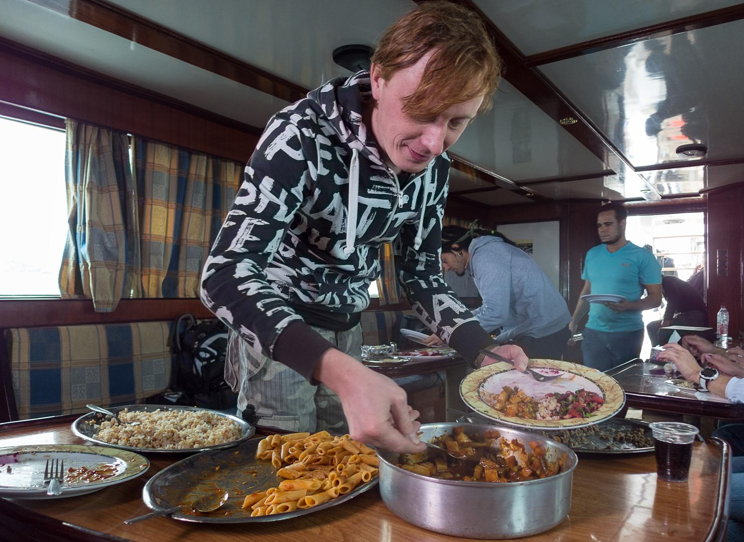 Вася обедает после дайва, Красное море