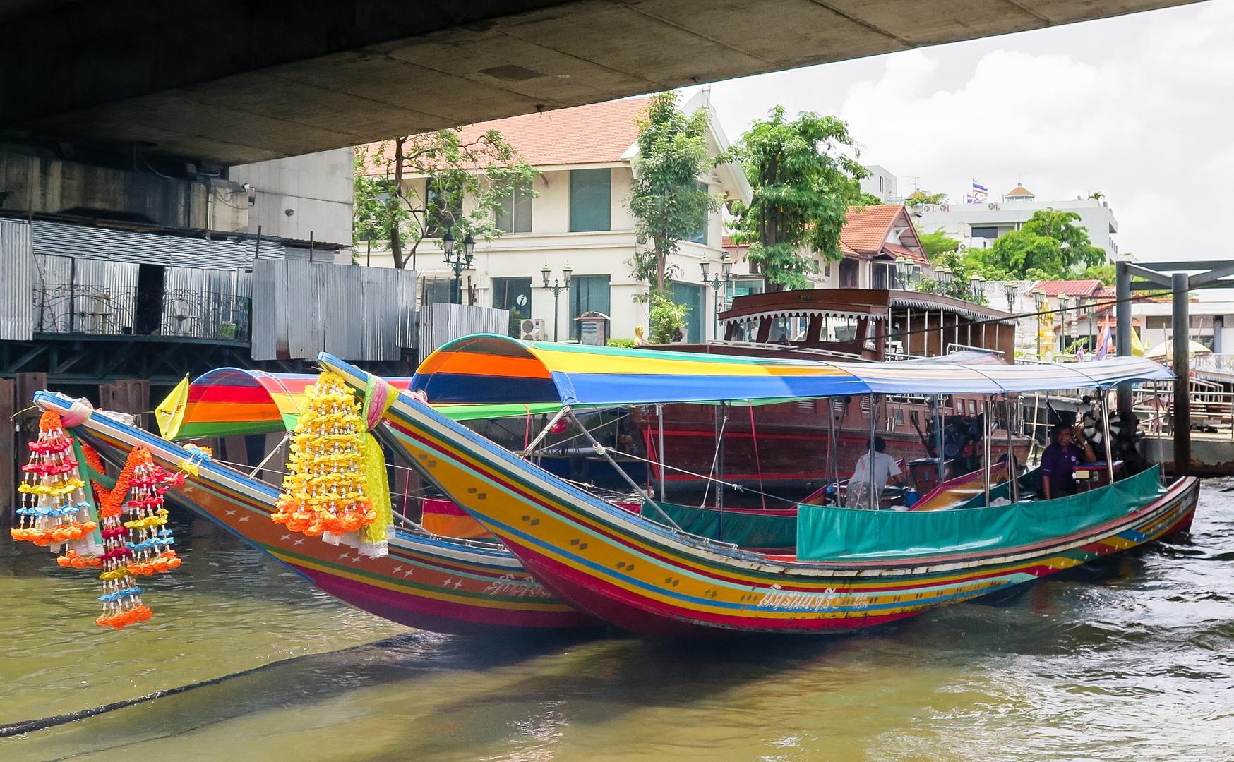 Туристическая лодка на реке Чаупхрая
