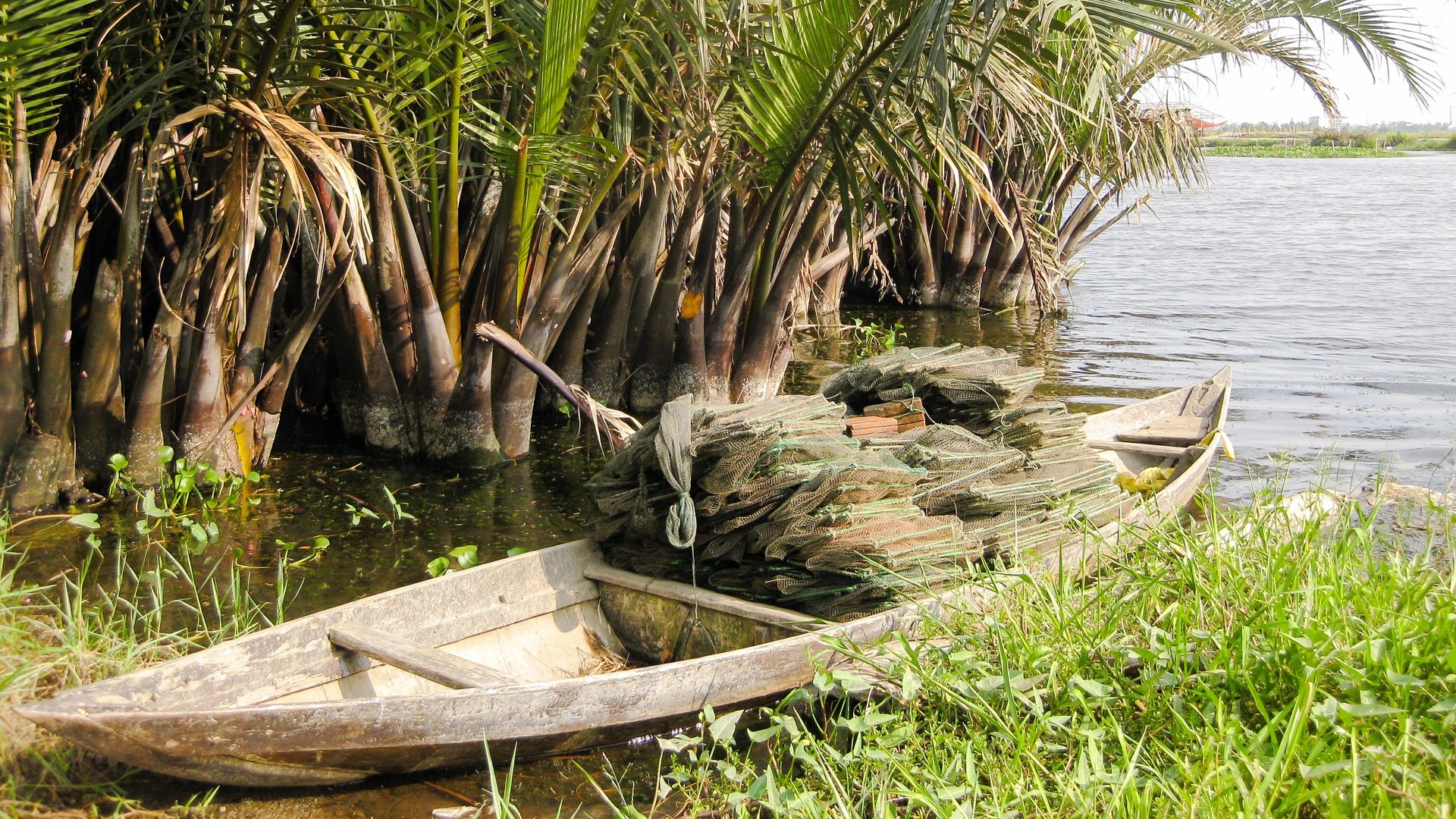 Рыбацкая лодка на реке Thu Bon