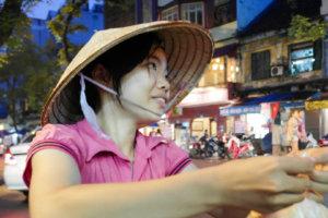 Уличная торговка сладостями, Ханой