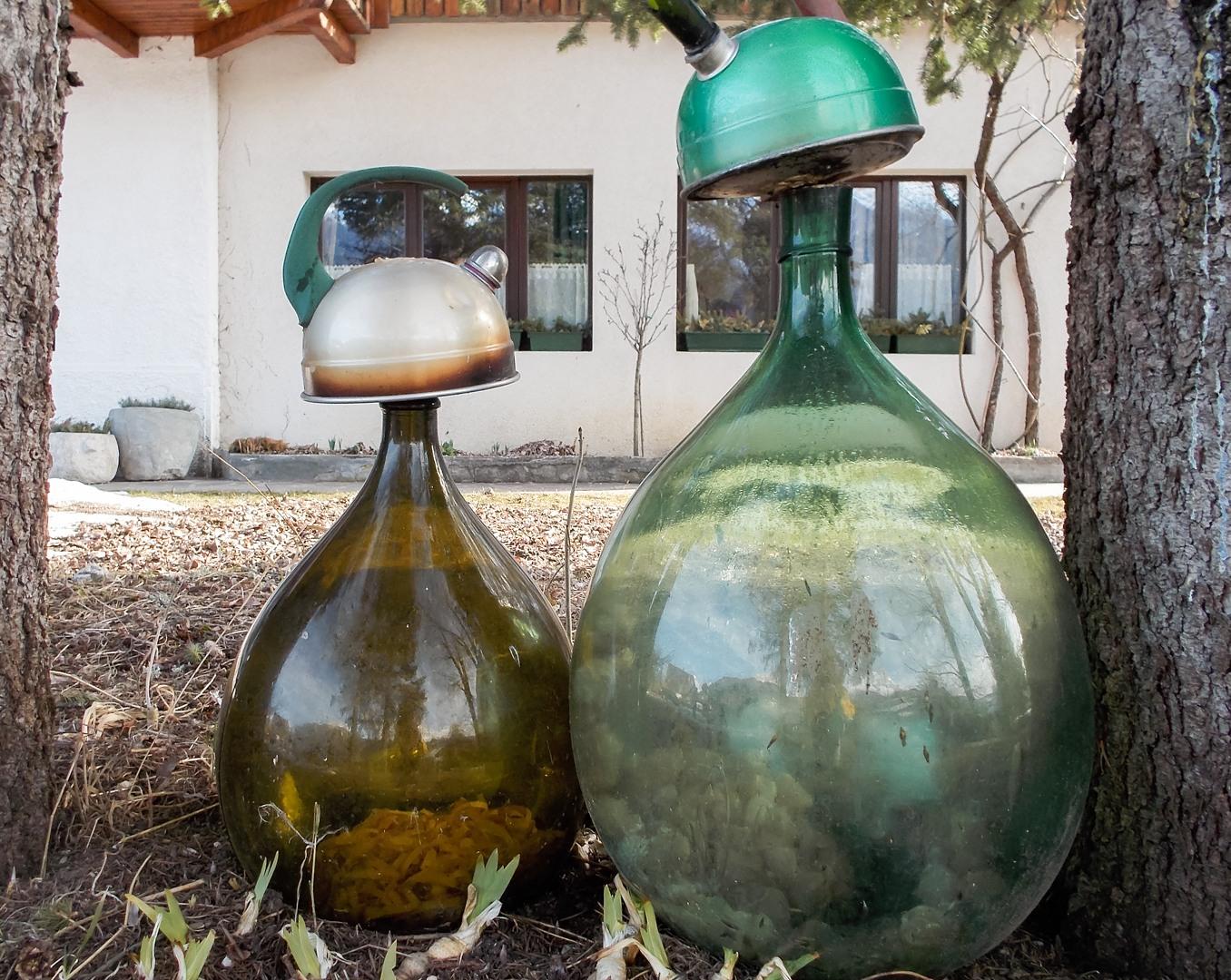 стеклянные сосуды во дворе коттеджа Villa Belvedere