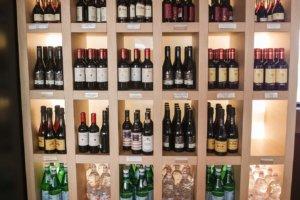 полки с вином, кафе Autogrill